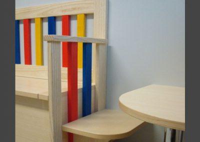 Sitzbank in einer Kinderarztpraxis
